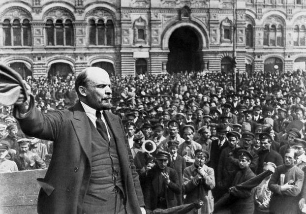 Al ocurrir la revolución de octubre, Lenin -uno de los alumnos más destacados del marxismo- propone la dictadura del proletariado como única forma posible de sostener la revolución triunfante, teniendo en cuenta que la clase perdedora de sus privilegios no se iba a cruzar de brazos e iniciaría una contrarrevolución, lo que se concretaría en una guerra civil.
