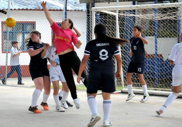 Andrea Isaza, la portera del Colombo Francés, destacó en su equipo pero al final no pudo evitar que la visita le marcara el definitivo 2-1 con el que quedaron eliminadas de la Copa El Nuevo Liberal. / Dairo Ortega - El Nuevo Liberal.