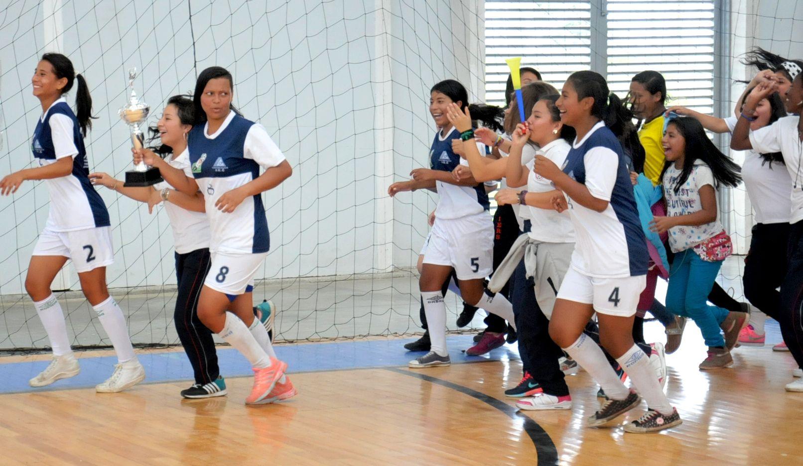 Momento en que las jugadoras del República de Suiza dan la vuelta olímpica con el trofeo que las acredita como las campeonas de la Copa El Nuevo Liberal en su versión femenina. / Fotos Dairo Ortega - El Nuevo Liberal