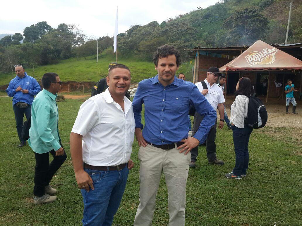 El mandatario Edward Fernando García Sánchez, (camisa blanca), acompañó la delegación a la inspección del terreno donde estará ubicada la zona campamentaria.